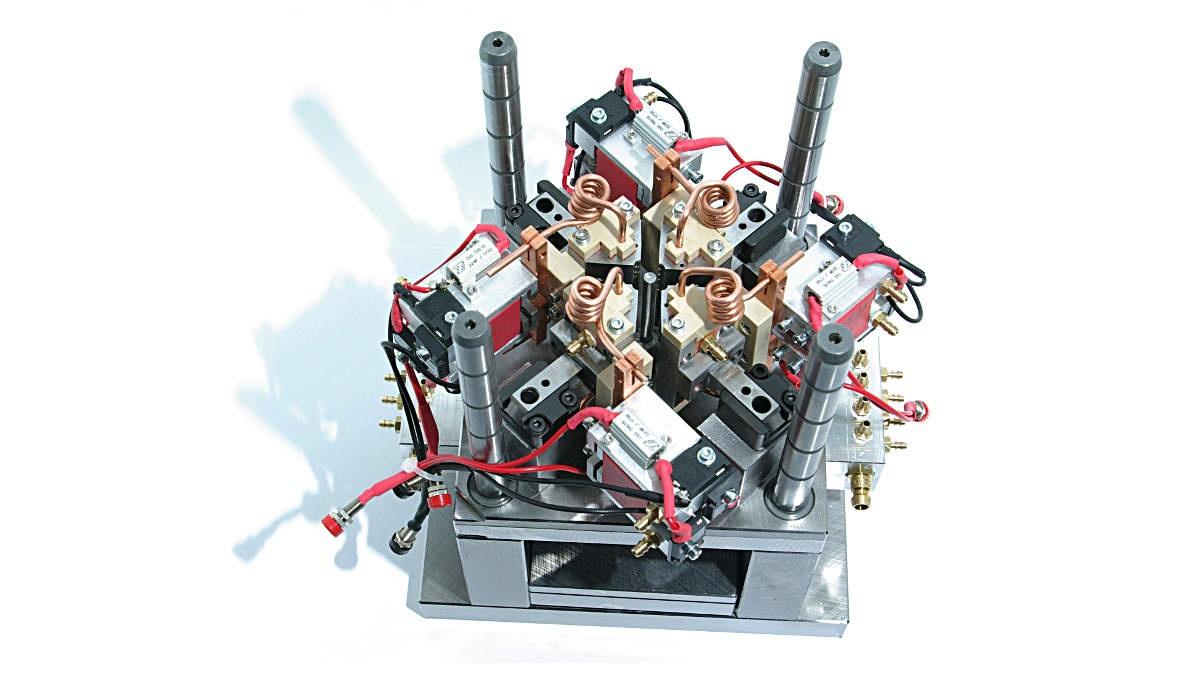 Kunststoffspritzgießwerkzeug mit integrierten Induktionsgeneratoren